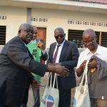 Remise cadeaux par le Rév.Dr Kabango